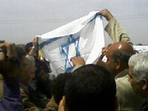 حرق علم اسرائيل امام معبر رفح فى يوم الارض