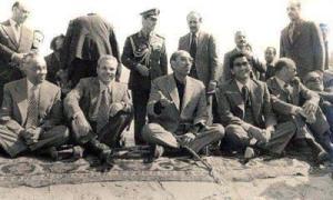 """الرئيس الراحل """"السادات"""" يجلس على الأرض في سيناء بعد تحريرها ومعه عدد من قيادات الدولة"""